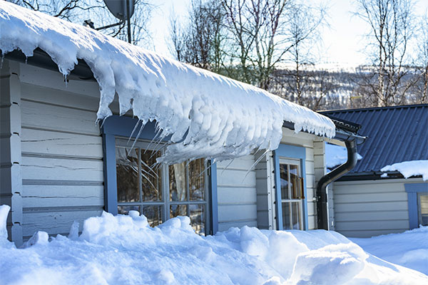 Home-with-ice-dam-and-bent-icicles