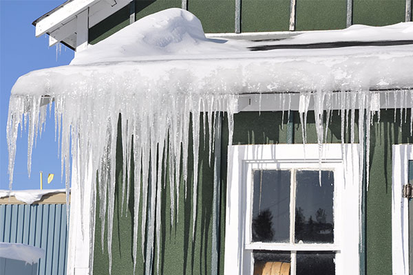 Home-with-long-icicles-and-ice-dam