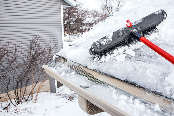 Ice-Dam-Removal-with-a-snow-brush