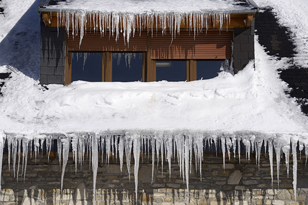 Roof-with-ice-dam-and-icicles